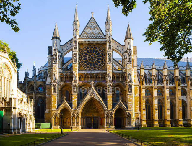 All'esterno dell'Abbazia di Westminster alla luce del sole a Londra, Inghilterra, Europa — Foto stock