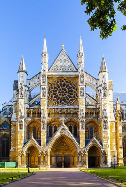 Фасад исторического Вестминстерского аббатства в Лондоне, Англия, Европа — стоковое фото
