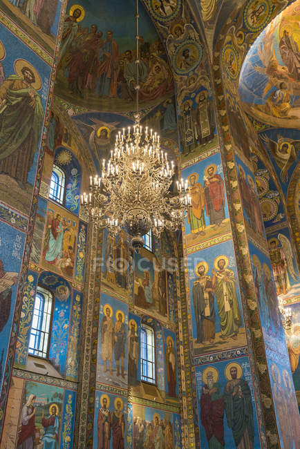 Chandelier inside Church of the Savior on Spilled Blood in St. Petersburg, Russia, Europe — Stock Photo