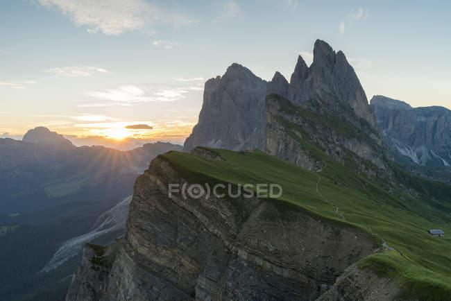 Pic rocheux de Seceda au lever du soleil en Italie, Europe — Photo de stock