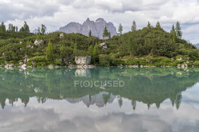 Живописное озеро Сорапис и горная группа Кадини под облачным небом в Кортине Д'ампеццо, Италия, Европа — стоковое фото