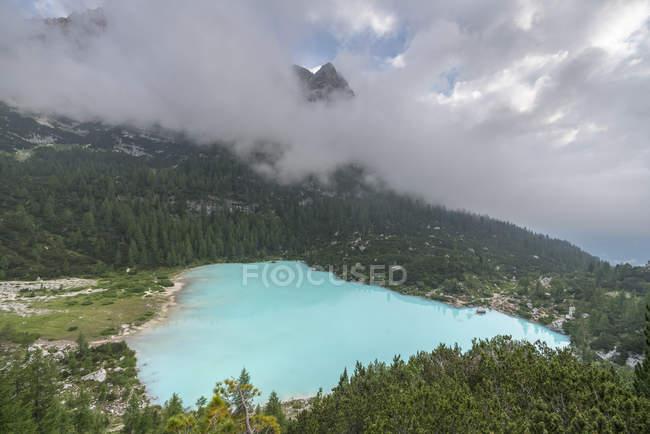 Живописный вид на голубое озеро Сорапис между горами в Кортина Д'ампеццо, Италия, Европа — стоковое фото