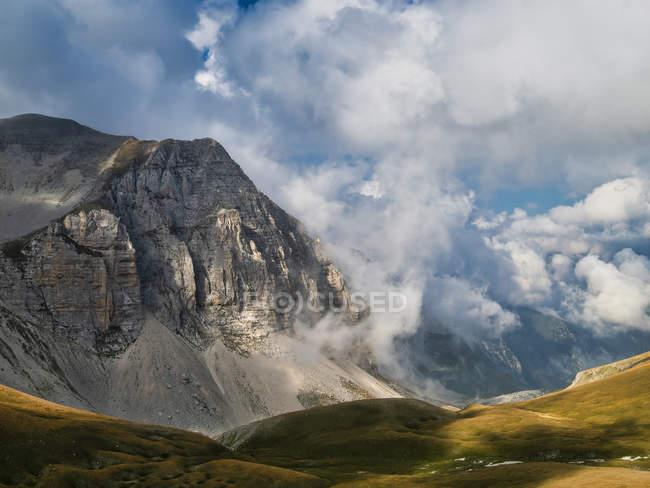 Гора Монте Ветторе под облачным небом в горах Сибиллини, Италия, Европа — стоковое фото