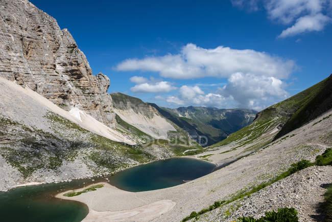 Живописное озеро Пилато в горах Сибиллини в Италии, Европе — стоковое фото