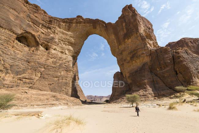 Природные арки скалы Эннеди плато, Регион Эннеди, Чад, Африка — стоковое фото