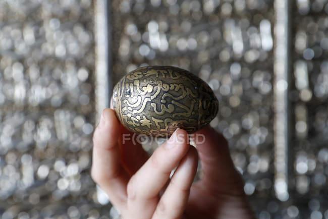 Mão humana que prende o ovo islâmico com Sura — Fotografia de Stock