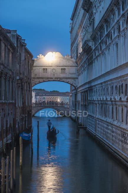 Gondola passing under the Bridge of Sighs beside the Doges Palace in Venice at twilight, Venice, Veneto, Italy, Europe — Stock Photo