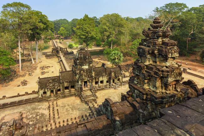 Vue à l'est de la terrasse supérieure du temple restauré de la pyramide de Baphuon du 11ème siècle dans la ville fortifiée d'Angkor Thom, Angkor, site du patrimoine mondial de l'Unesco, Siem Reap, Cambodge, Indochine, Asie du Sud-Est, Asie — Photo de stock