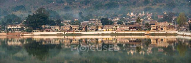 Vue panoramique de la ville et du fleuve de Pindaya, état de Shan, Myanmar (Birmanie), Asie — Photo de stock