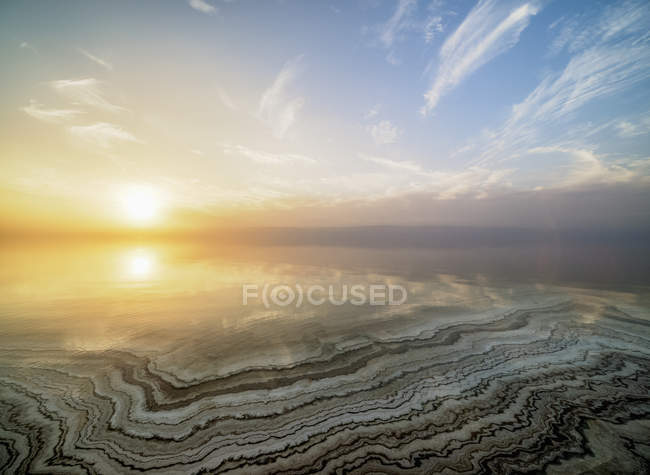 Vista aérea de formações de sal na costa do mar inoperante no por do sol, província de Karak, Jordão, Médio Oriente — Fotografia de Stock