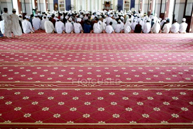 Візерунковий килим в мечеть AR-Rohmah мечеті, чоловіки в п'ятницю молитва, чау-doc, В'єтнам, Індокитай, Південно-Східна Азія, Азія — стокове фото