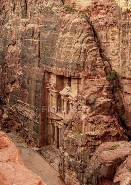 Повышенный вид на Казначейство Аль-Хазне Петра, объект Всемирного наследия ООН, Мухафаза Маан, Иордания, Ближний Восток — стоковое фото