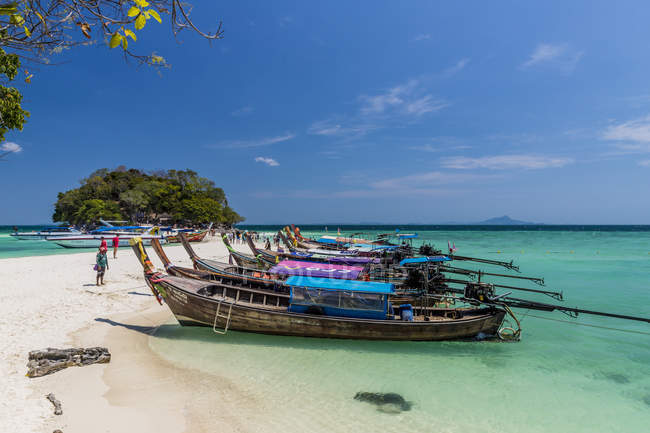 Long tail boats moored in blue water on Tup Island in Ao Nang, Krabi, Thailand, Southeast Asia, Asia — Photo de stock