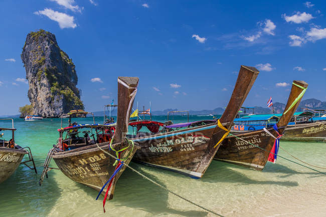 Long tail boats moored on Poda Island in Ao Nang, Krabi, Thailand, Southeast Asia, Asia — стоковое фото