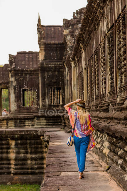Female tourist in hat walking at Angkor Wat, Angkor, Siem Reap, Cambodia, Indochina, Southeast Asia, Asia — Stock Photo
