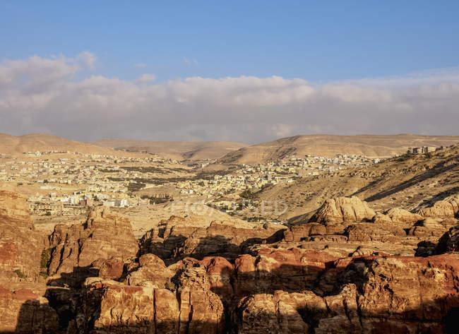 View over Petra towards Wadi Musa, Ma'an Governorate, Jordan, Middle East — Fotografia de Stock