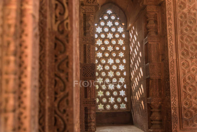 The intricate window carvings provide beautiful shadows at Qutub Minar, UNESCO World Heritage Site, New Delhi, India, Asia — Foto stock