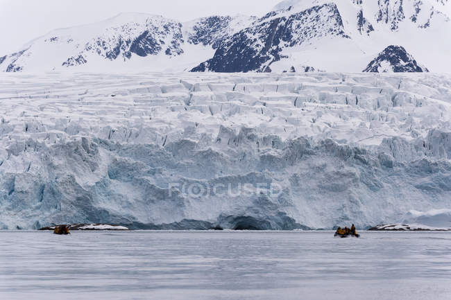 Tourist on inflatable boat exploring Fuglefjorden, Spitsbergen, Svalbard, Arctic, Norway, Europe, Norway. — Stock Photo