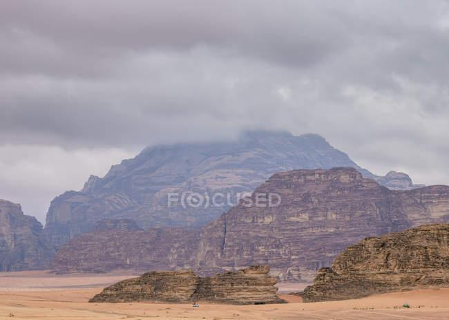 Landscape of Wadi Rum during stormy day, Aqaba Governorate, Jordan, Middle East — Fotografia de Stock