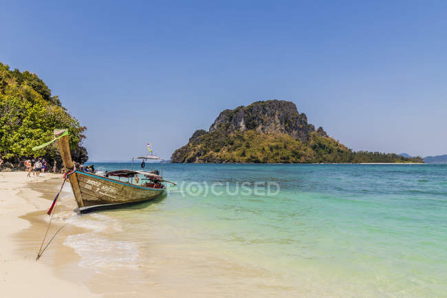 Long tail boat moored in blue water on Tup Island in Ao Nang, Krabi, Thailand, Southeast Asia, Asia — Photo de stock