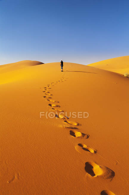Footprints in Sand Dunes with tourist on background, Erg Chebbi, Sahara Desert, Southern Morocco, Morocco, North Africa, Africa — Stockfoto