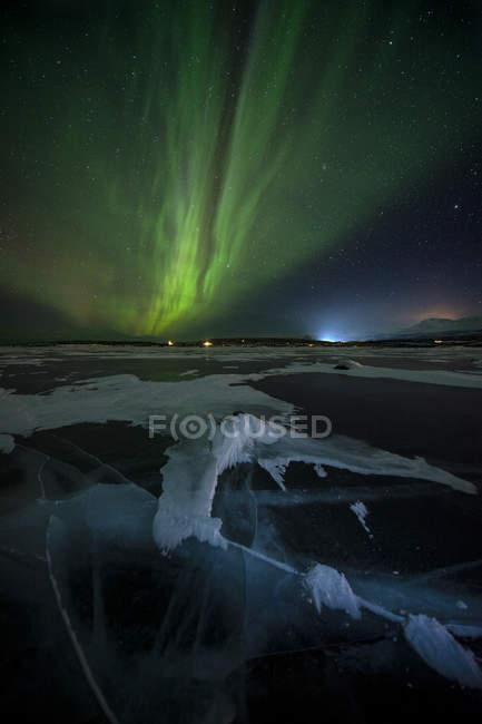 Frozen Lake Tornetrask and Northern Lights (Aurora Borealis), Abisko, Lapland, Arctic, Sweden, Scandinavia, Europe — стокове фото
