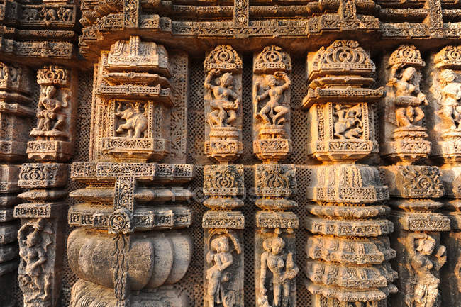 Ornately carved dancers and musicians on the Kalinga style Konark Sun Temple to Surya, UNESCO World Heritage Site, Odisha, India, Asia — Foto stock