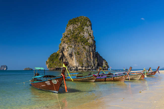 Long tail boats moored on Phra Nang Cave Beach on Railay in Ao Nang, Krabi Province, Thailand, Southeast Asia, Asia — Stock Photo