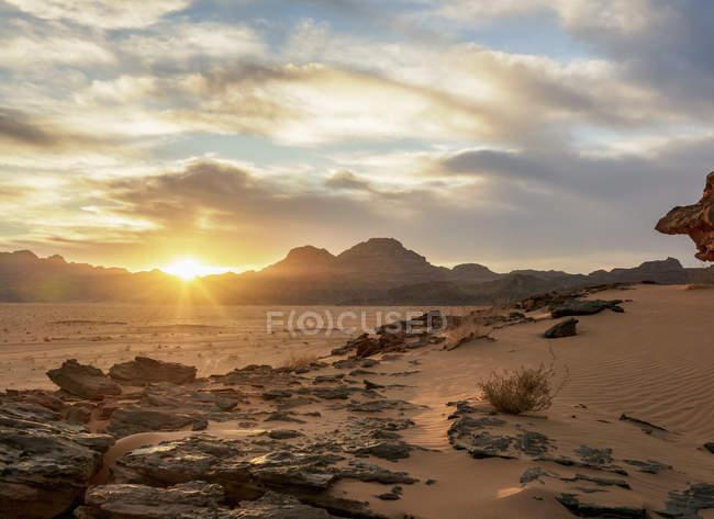 Wadi Rum desert at sunset, Aqaba Governorate, Jordan, Middle East — Fotografia de Stock