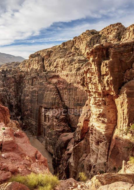 Казначейство (Аль-Хазне) возвысило вид на Петру, объект Всемирного наследия ООН, мухафазу Маан, Иордания, Ближний Восток — стоковое фото
