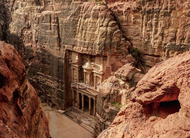 Казначейство (Аль-Хазне) повышенный вид, Петра, объект всемирного наследия Unesco, Мухафаза Маан, Иордания, Ближний Восток — стоковое фото