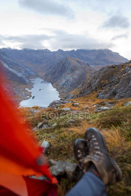 Homme campant au sommet de Sgurr Na Stri regardant vers Loch Coruisk et la crête principale de Cuillin, isle of Skye, Hébrides intérieures, Ecosse, Royaume-Uni, Europe — Photo de stock