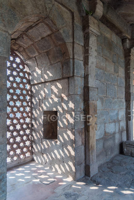 The intricate window carvings provide beautiful shadows at Qutub Minar, UNESCO World Heritage Site, New Delhi, India, Asia — Photo de stock