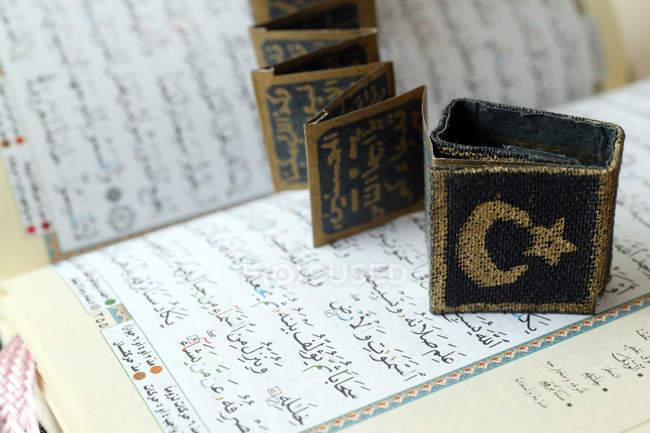 Nahaufnahme des Korans mit muslimischen Symbolen, Halbmond, Stern und Surats — Stockfoto