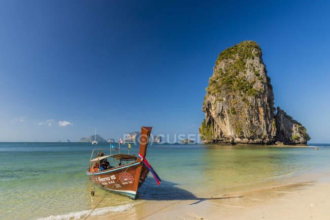 Barca a coda lunga ormeggiata su Phra Nang Cave Beach su Railay a Ao Nang, Provincia di Krabi, Thailandia, Sud-Est asiatico, Asia — Foto stock