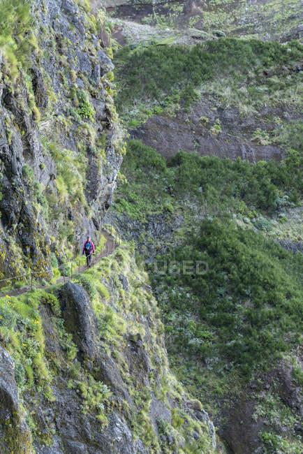 Montanhas rochosas e mulher andando na trilha do Pico Ruivo ao pico do Areeiro, município de Santana, madeira, Portugal, Europa — Fotografia de Stock