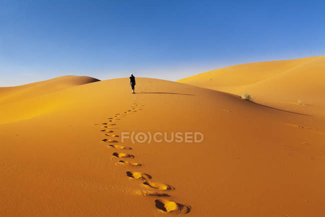 Fußabdrücke in Sanddünen mit Touristen hintergrund, Erg Chebbi, Sahara Wüste, Südmarokko, Marokko, Nordafrika, Afrika — Stockfoto