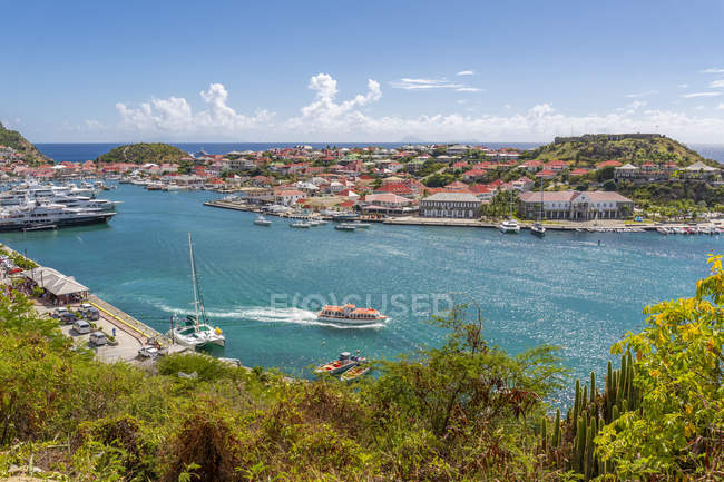 Підвищений вид на гавань і прибережні будівлі, Gustavia, Санкт-Бартелемі, Вест-Індія, Кариби, Центральна Америка — стокове фото
