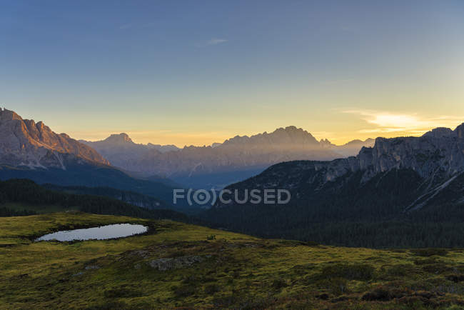 Вид на горный хребет Giau Pass летом на восходе солнца, Доломит, Венето, Италия, Европа — стоковое фото