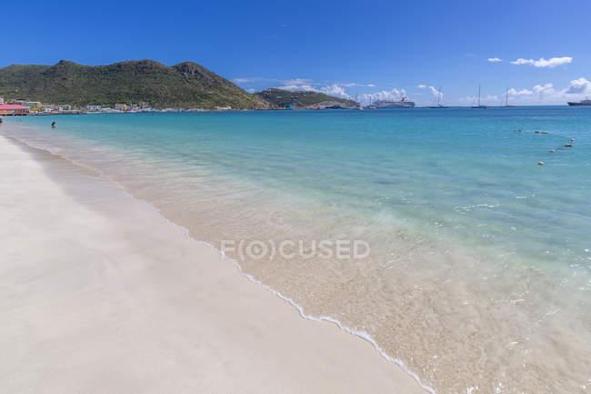 Вид на піщаний пляж і Карибське море, Філіпсбурґ, Сен-Мартен, Підвітряні острови, Вест-Індія, Кариби, Центральна Америка — стокове фото