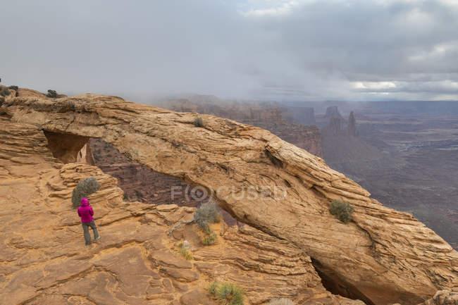 Вид на скелі Меса і турист, що стоїть на території, Національний парк Канйонземлі, Moab, Юта, Сполучені Штати Америки, Північна Америка — стокове фото