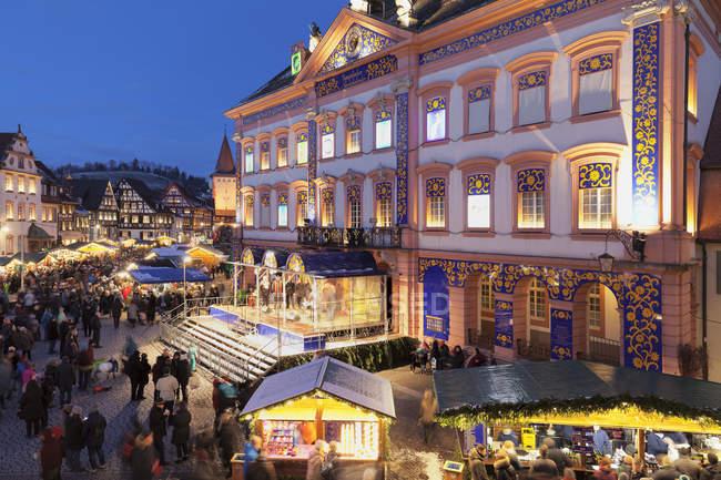 Marché de Noel et calendrier de l'Avent à l'hôtel de ville du soir, Gengenbach, Forêt Noire, Bade-Wurttemberg, Allemagne, Europe — Photo de stock