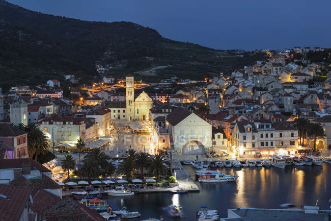 View over the port to the old town of Hvar, Hvar Island, Dalmatia, Croatia, Europe - foto de stock