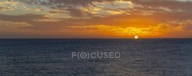 Вид на дивовижний захід сонця над морем, Західне узбережжя, Бриджтаун, Барбадос, Вест-Індія, Кариби, Центральна Америка — стокове фото