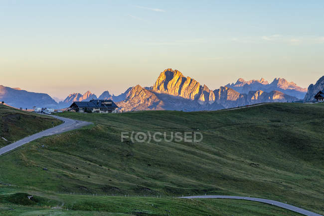 Вид на скалистый перевал Джау на восходе солнца, Доломит, Венето, Италия, Европа — стоковое фото