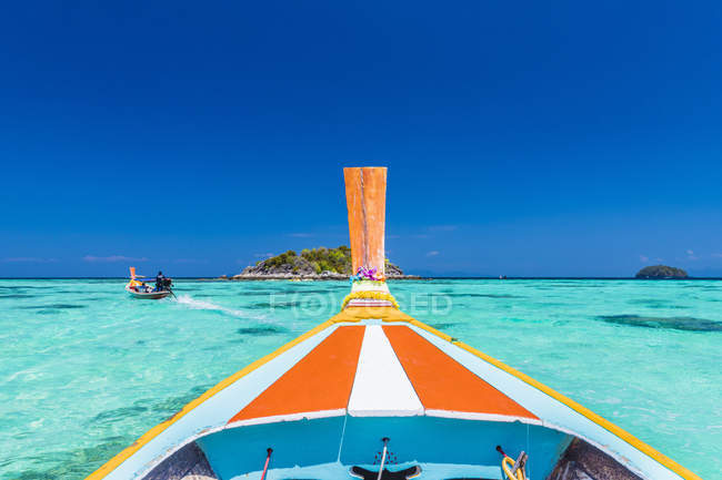 Colourful long tail boat in turquoise water on Ko Lipe Island in Tarutao National Marine Park, Thailand, Southeast Asia, Asia — Fotografia de Stock