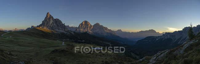 Панорамный вид на горный хребет Giau Pass летом на восходе солнца, Доломитовых Альп, Венето, Италия, Европа — стоковое фото