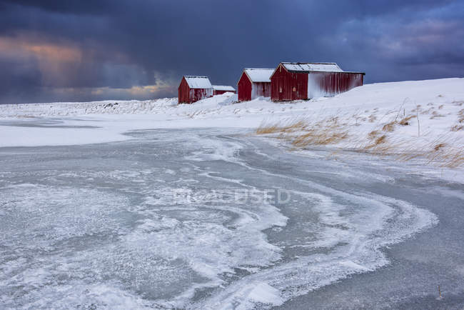 Dramatic sky over typical fishermen houses Rorbu in winter, Eggum, Lofoten Islands, Arctic, Norway, Europe - foto de stock