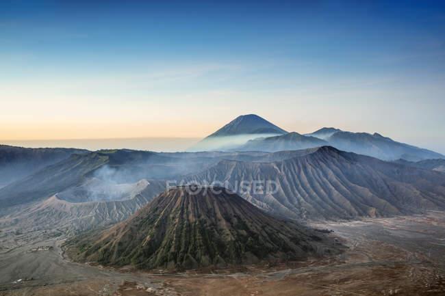 Vista sobre picos vulcânicos e a paisagem da lava em torno do Monte bromo no alvorecer, Java, Indonésia, sudeste da Ásia, Ásia — Fotografia de Stock