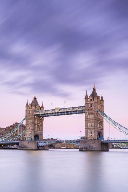 View of Tower Bridge and River Thames under dramatic sky, London, England, United Kingdom, Europe — стокове фото